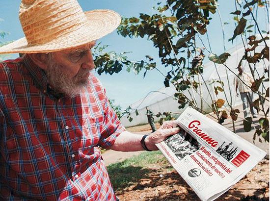 Fidel vivo mostra um jornal do dia 19
