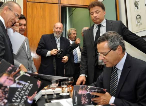 Henrique lança livro em Brasília