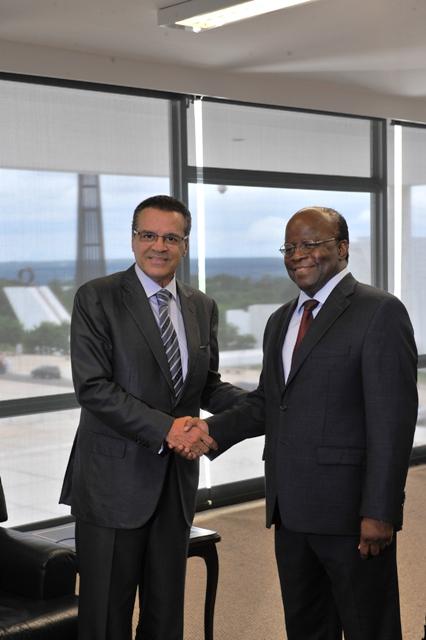 Henrique aperta a mão do ministro Joaquim Barbosa