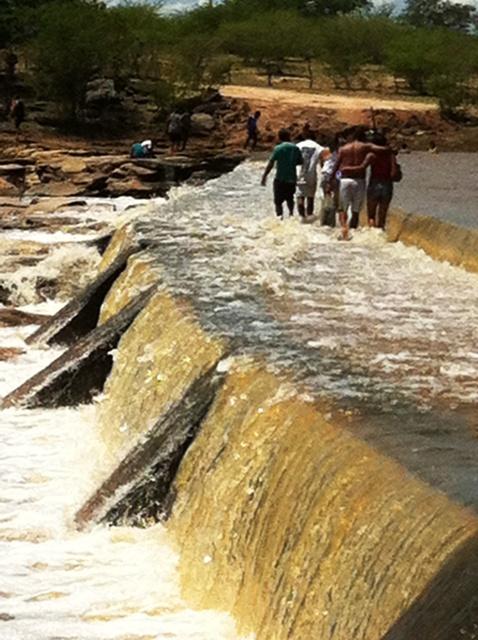 Turma atravessa parede da Barragem da Pepeta para comemorar a enchente na outra margem