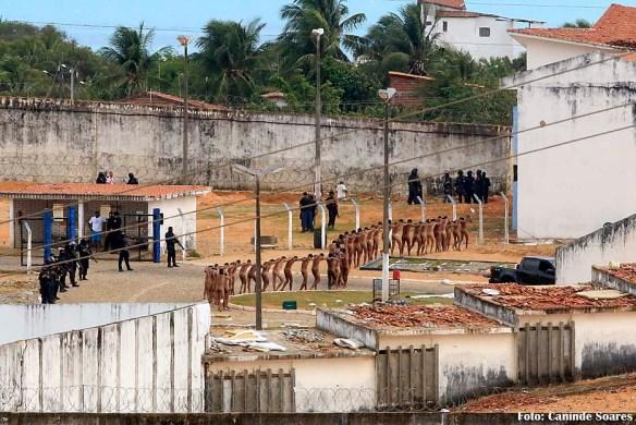 Foto do site www,canindesoares.com mostra presos nus, em fila indiana, durante a rebelião de Alcaçuz