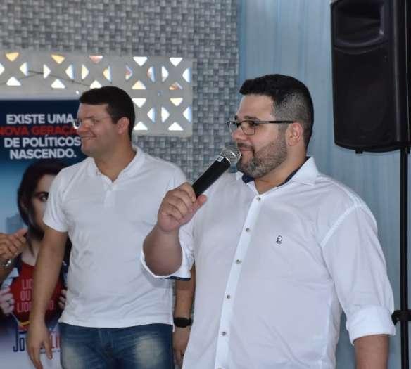 Janiel, com o microfone, e o suplente de deputado federal Lawrence Amorim