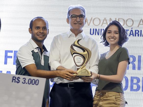 Felipe Salustrino da Silva e Maria Clara Nóbrega Pimentel recebem troféu do presidente Marcelo Queiroz como primeiros lugares na categoria estudante