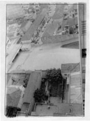 Imagem aérea do jardim do Oficina (ainda ladeado por casas que seriam demolidas) e do então estacionamento do Baú da Felicidade. Ao fundo vê-se a Rua Japurá