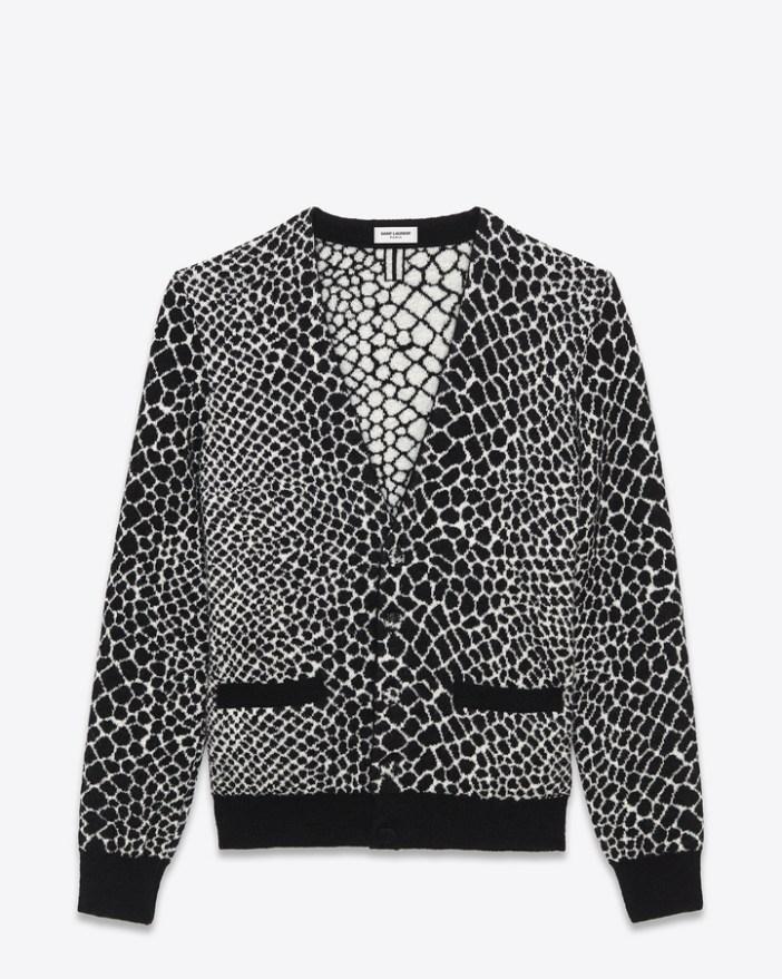 Le cardigan en mohair Yves Saint Laurent à motif crocodile noir et blanc, 990 €