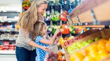 mercado Cardápio saudável: mãe e filha escolhendo alimentos no mercado