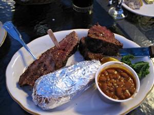 Solid porsjon med kjøtt på en av de overfylte restaurantene 4. juli.