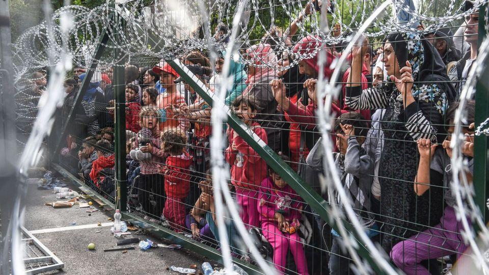 des-migrants-a-la-frontiere-entre-la-hongrie-et-la-serbie-le-16-septembre-2015-a-horgos_5539623