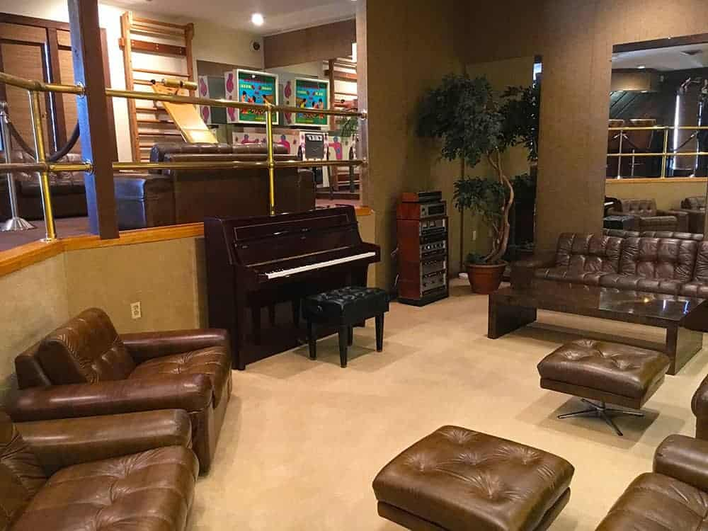 Graceland piano room