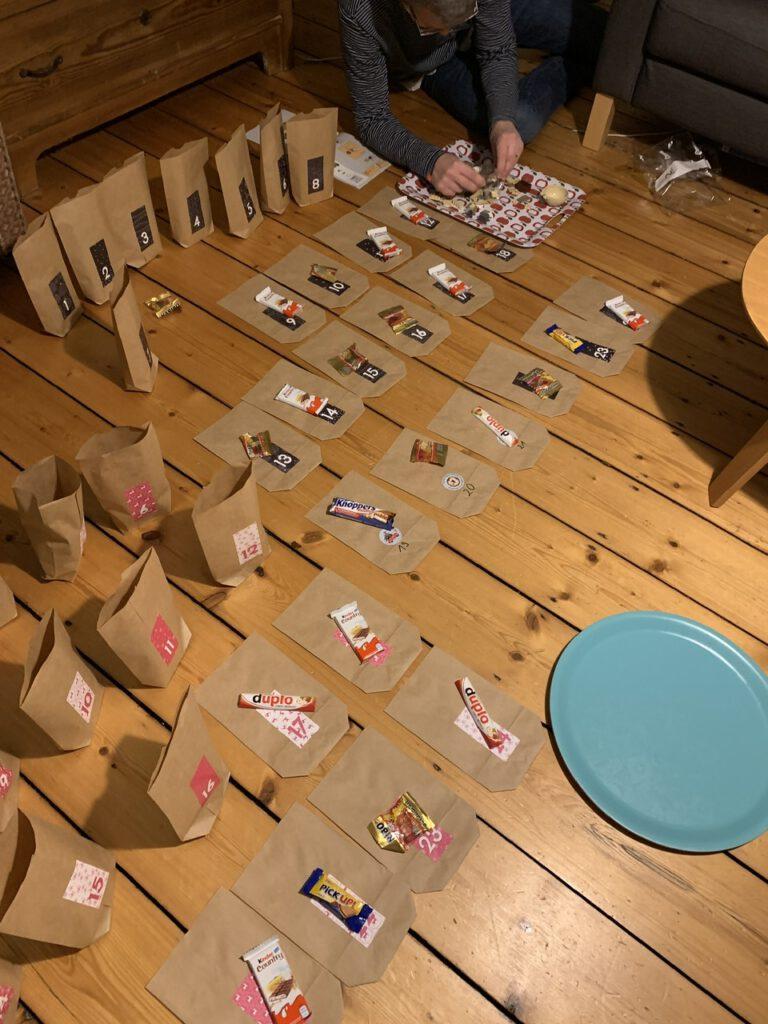 Spielsets auf die Tütchen aufteilen - Adventskalender DIY - schnellster Adventskalender