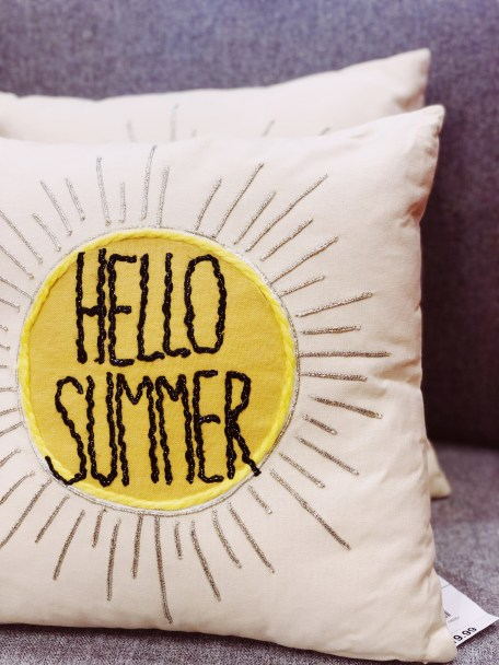 *5 Trendy Pillows To Add A Colorful Touch