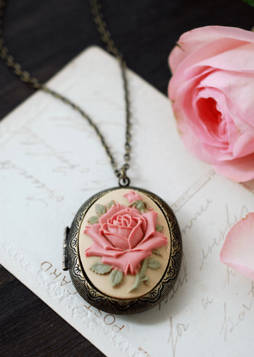 OMG We Are Obsessed With These Vintage Jewellery Pieces