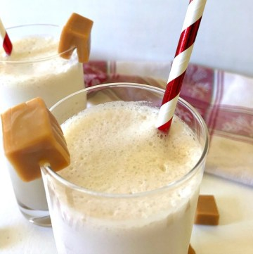 Frozen Salted Caramel White Russian drinks are a twist on the classic White Russian, and is a perfect holiday dessert drink. #ChristmasSweetsWeek #drinks #holiday #Tornai #JoyJolt #saltedcaramel #whiterussians