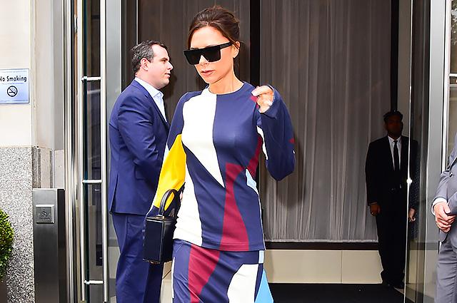 Виктория Бекхэм появилась на улице Нью-Йорка в ярком костюме с геометрическим рисунком
