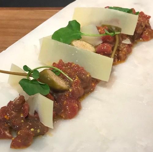 Steak tartar de vaca gallega con aliño de mostaza antigua y lascas de parmesano