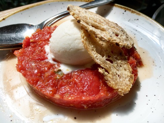 Tartar de tomate con helado de parmesano
