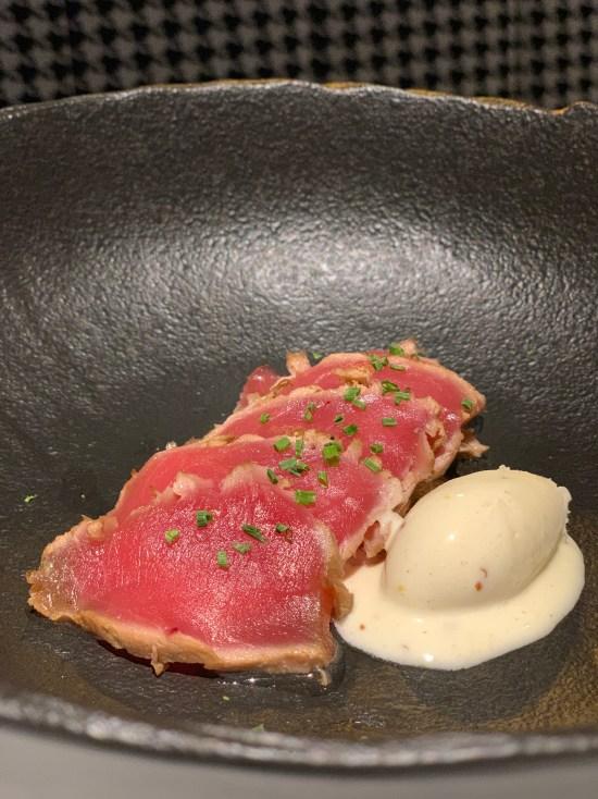 Tataki de atún con helado de mostaza antigua