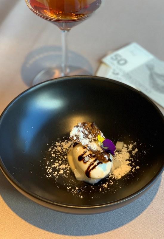 Helado de chocolate blanco y topinambur