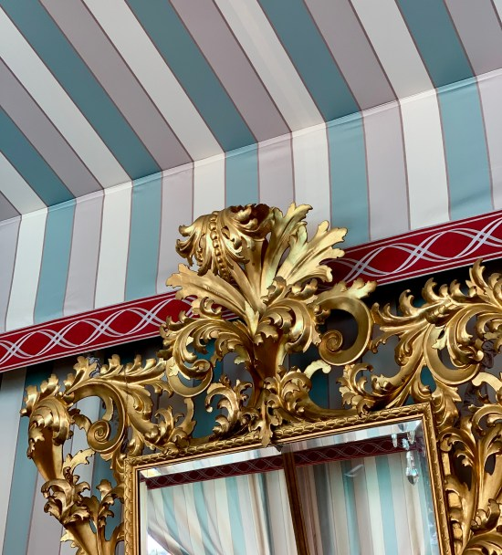 Grandes espejos dorados de la Tente D'Apparat en Les Grands Buffets de Narbonne