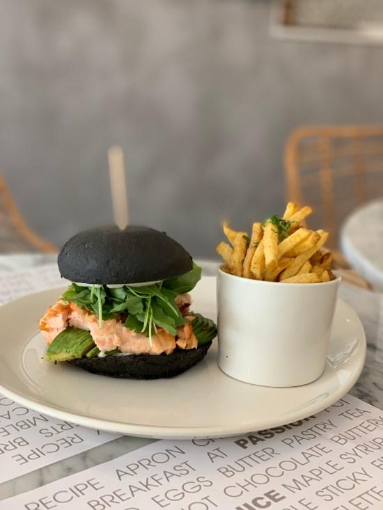 Hamburguesa de salmón con sus patatas fritas. En Passion Ibiza