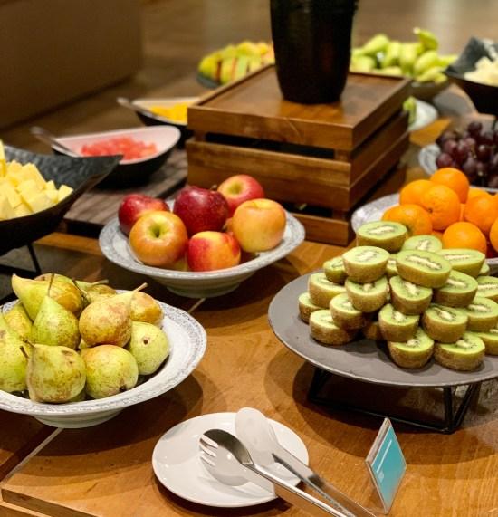 Bufé de frutas para el desayuno en Lé Méridien Ra Beach Hotel & Spa