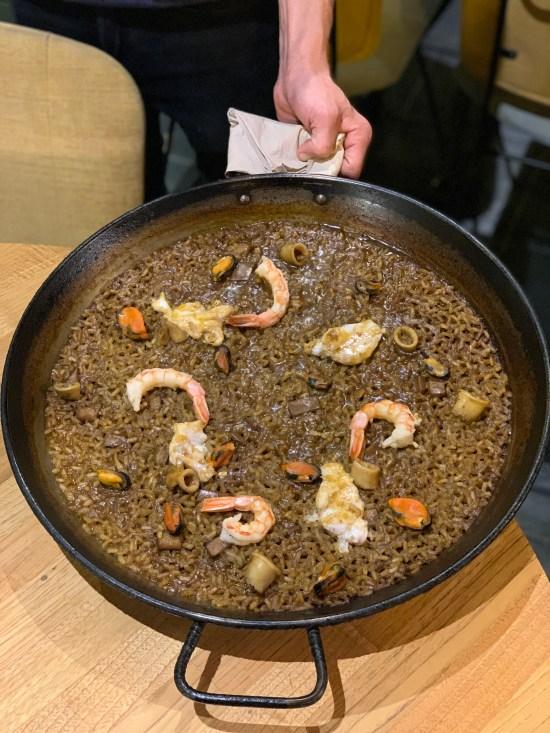 arroz de pescado presentado en paellera