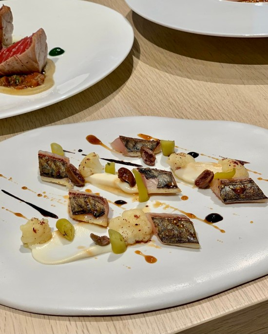 caballa marinada sobre plato blanco