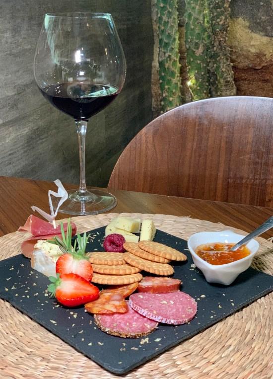 tabla de quesos y embutidos con su mermelada