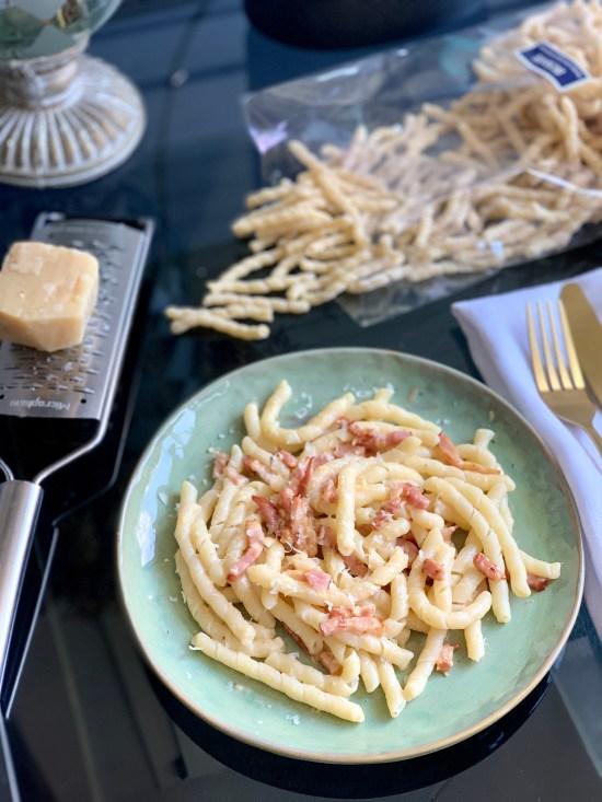 pasta italina trafilata al bronzo, bacon,  y parmigiano reggiano.  Zagarafoodbox las cajas mediterráneas de gastronomía