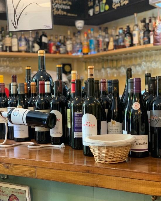 Botellas de vinos en Copitas bar de vinos y tablas de quesos