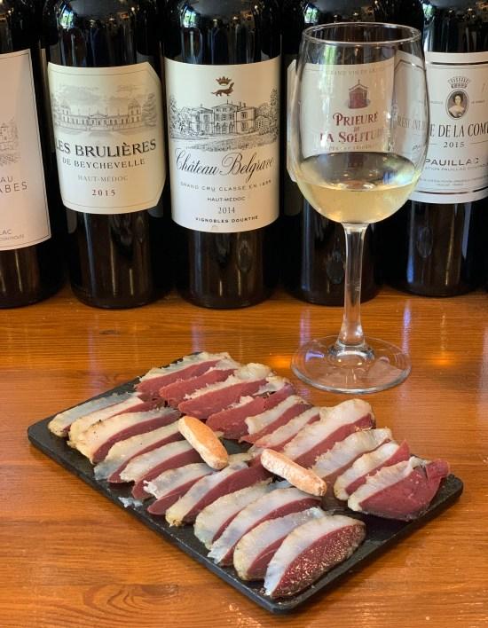Jamón de oca y de pato, botellas de vinos. En Copitas bar de vinos y tablas de queso