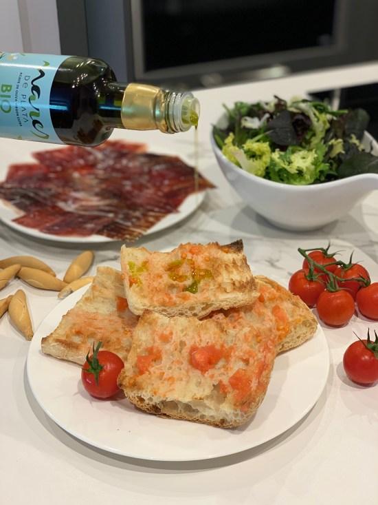 Pan con tomate, tomate, Mares de Plata AOVE Bio, jamón de bellota 100% ibérico, ensalada, cocina