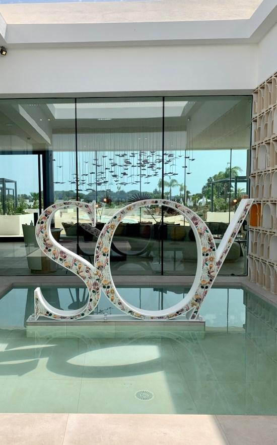 Letras grandes con indicación del nombre de este hotel resort en Sotogrande