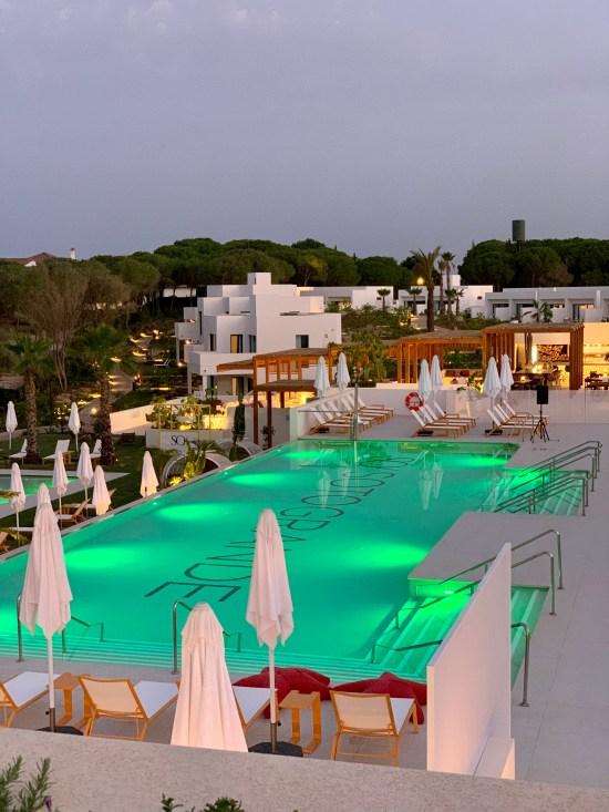 piscina en el hotel resort SO/ Sotogrande
