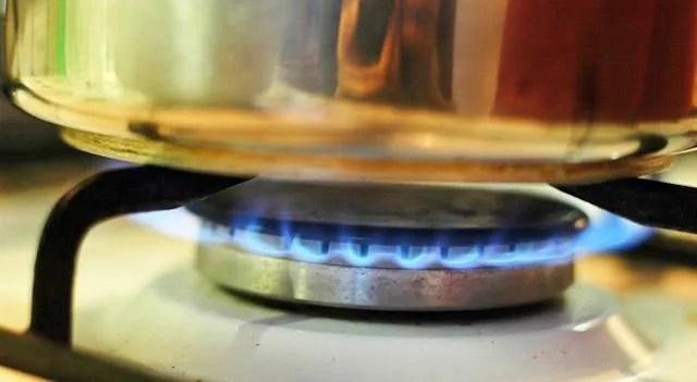 Trucos de cocina Cmo limpiar una cocina de gas
