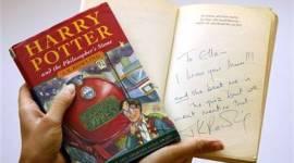 JK Rowling Dona Copia Firmada de 'La Piedra Filosofal' para Nueva Subasta en Londres