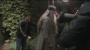 Harry pisándole la capa a Dumbledore
