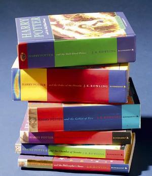 Profesor Coleccionista Exhibirá Libros de 'La Piedra Filosofal' Traducidos a 68 Idiomas!