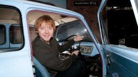 Rupert Grint Visita el Ford Anglia de los Weasley en el Museo Nacional de Brockenhurst