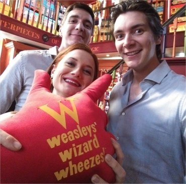 Bonnie Wright y James y Oliver Phelps Pasean por el Callejón Diagon del Parque de Harry Potter!