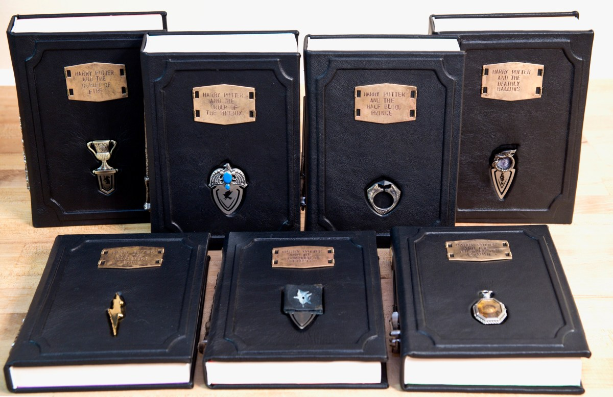 Nuevos libros de Harry Potter con Horrocruxes como separadores y varitas en el lomo!