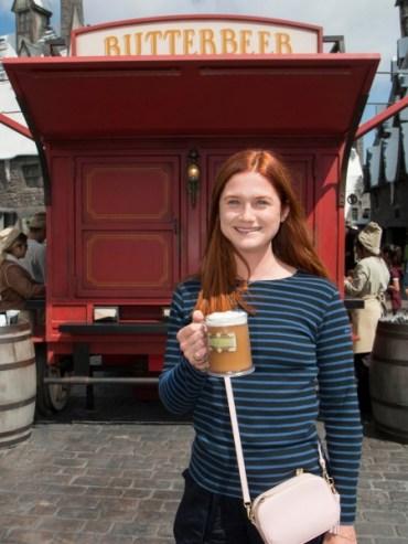 Bonnie Wright toma cerveza de mantequilla en el Parque de Harry Potter
