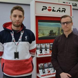 Kaksi opiskelijaa seisoo Polarin esittelyseinän edessä.