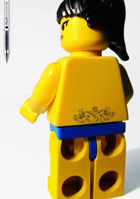 Bonecos de LEGO tatuados