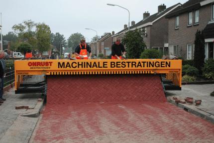A máquina de fazer pavimentos de estrada