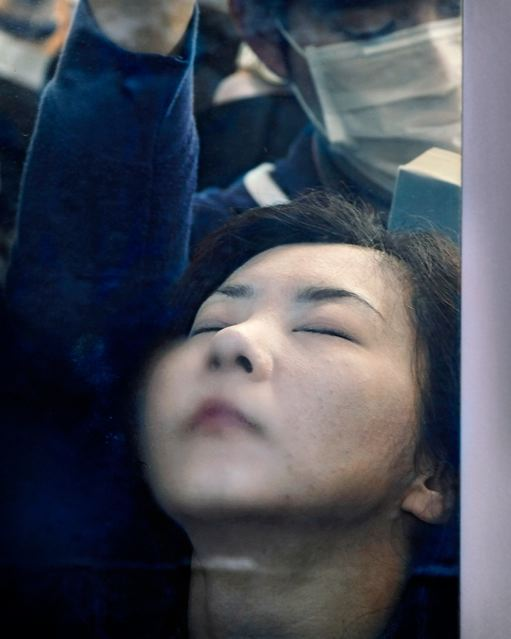Andar de metrô em Tóquio não é nada confortável