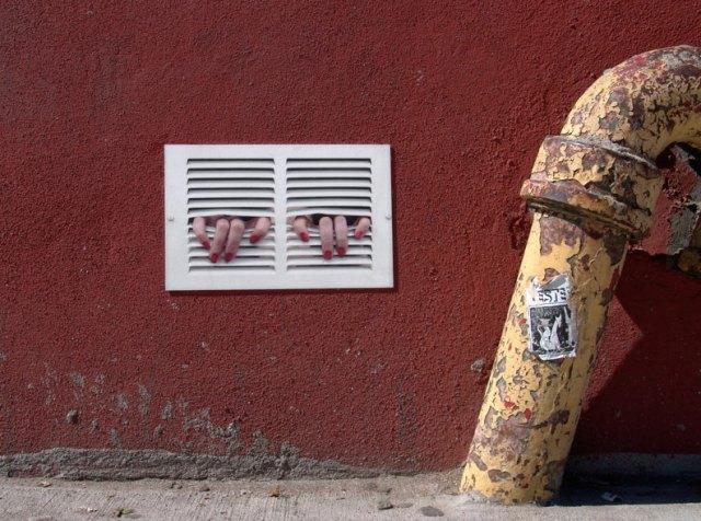 Arte urbana: pessoas presas em edificações
