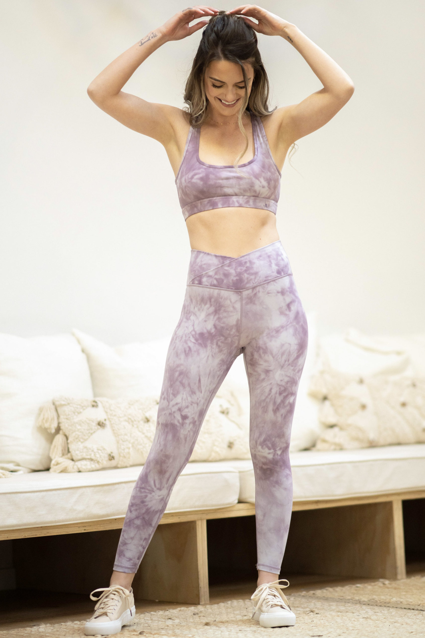 model wearing matching set popflex marble captivate bra with hourglass legging in acai marble