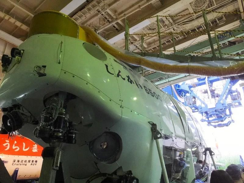 神戸港の中突堤で有人調査船「しんかい6500」と無人深海探査船 ...