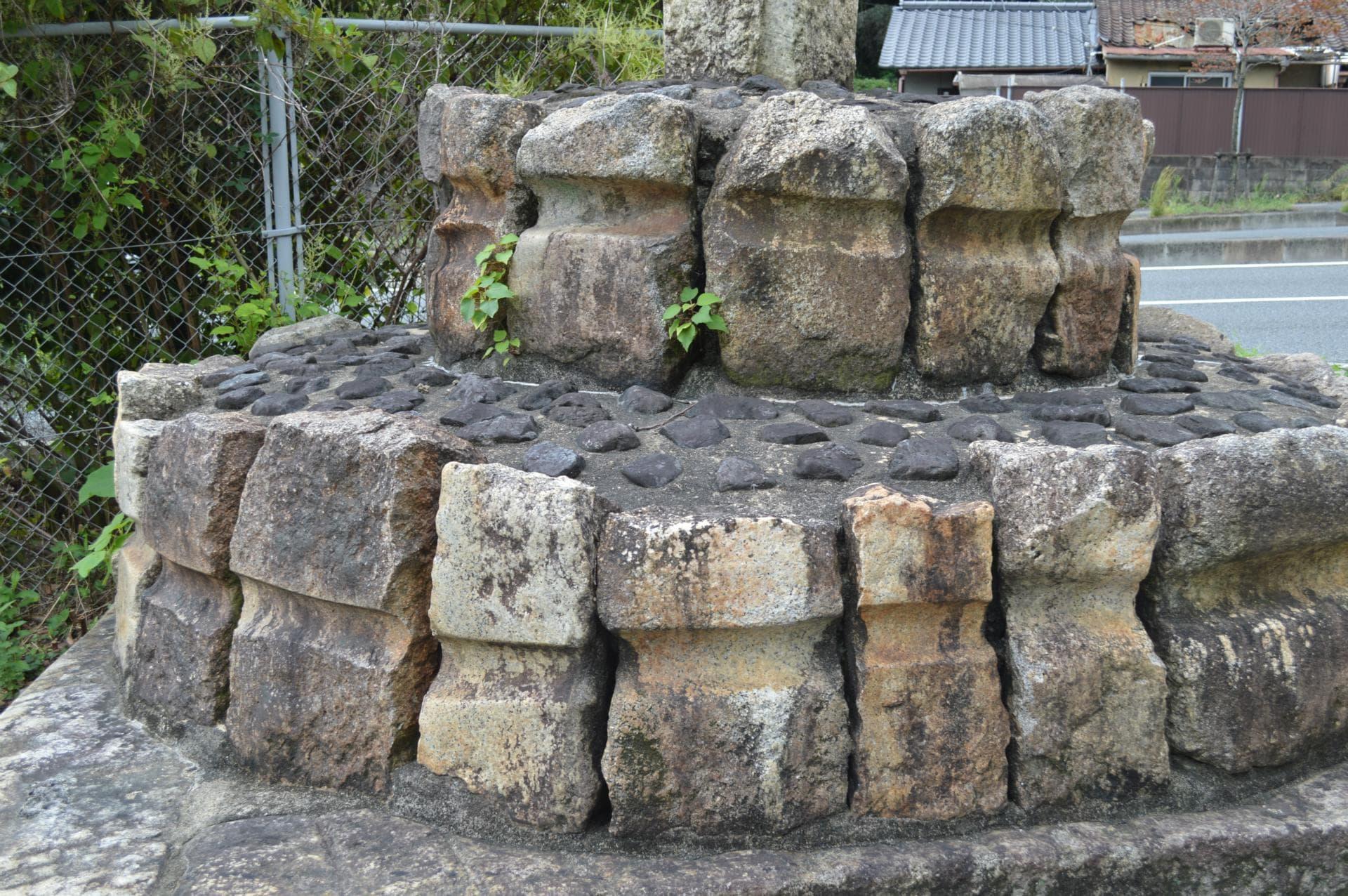 石碑山0070 京津國道改良工事 紀念碑 ・大迫力 全部 車石で出來ている - アートプラス京めぐり